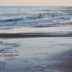 Meeressaum an nassem, dunklem Strand, nur weit hinten am Horizont ein einsamer Mensch, im Vordergrund eine große Schaumkrone aus Algenschaum. Foto: Birte Vogel