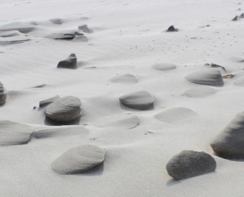 Ein Streifen weißen Sands, meist trocken, nur ein paar Stellen sind von Feuchtigkeit und Wind zu kleinen Skulpturen geformt worden. Foto: Birte Vogel